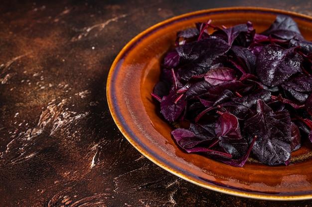 Rubi cru ou salada de acelga vermelha folhas em um prato rústico.