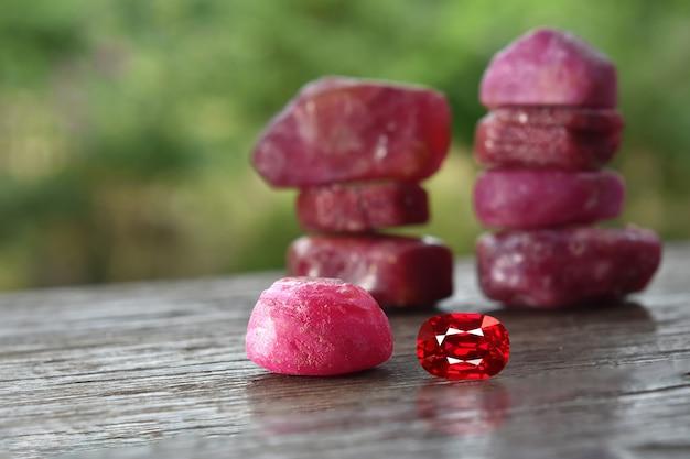 Rubi é uma bela pedra preciosa vermelha no chão de madeira
