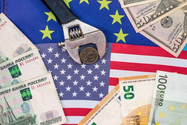 Rublo em torno com dinheiro e bandeira da europa e eua