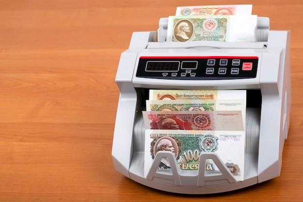 Rublo russo antigo em uma máquina de contagem