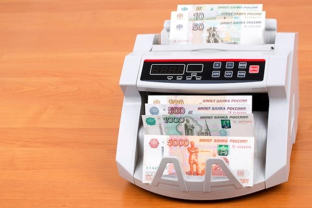 Rublo russo em uma máquina de contagem
