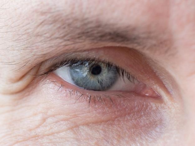 Rugas nos olhos de um homem de idade