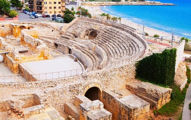 Ruína do anfiteatro romano no mediterrâneo Foto gratuita