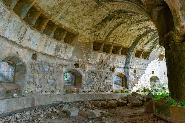 Ruína dos antigos estábulos do forte militar, salamanca, espanha