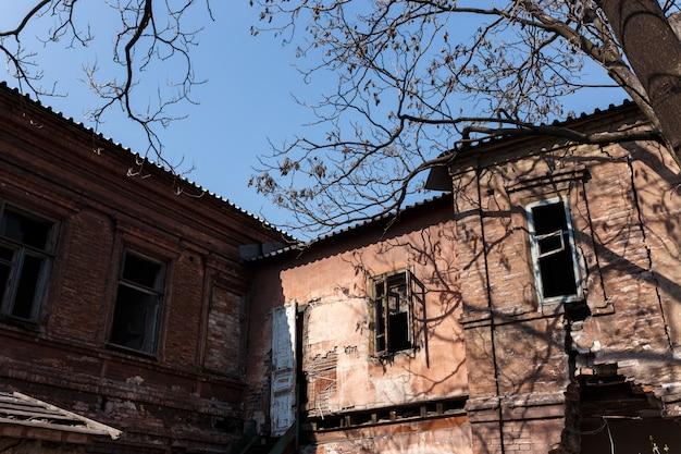 Ruína. edifício residencial destruído pelo tempo