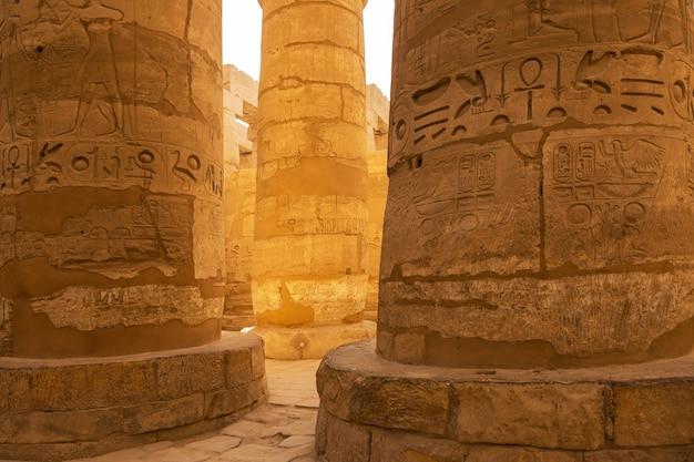 Ruínas antigas do templo de karnak em luxor (tebas), egito. o maior complexo de templos da antiguidade do mundo. patrimônio mundial da unesco.