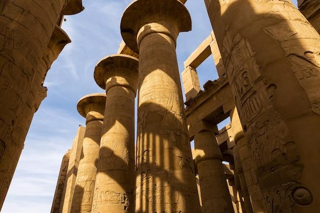 Ruínas antigas do templo de karnak em luxor tebas, egito o maior complexo de templos da antiguidade