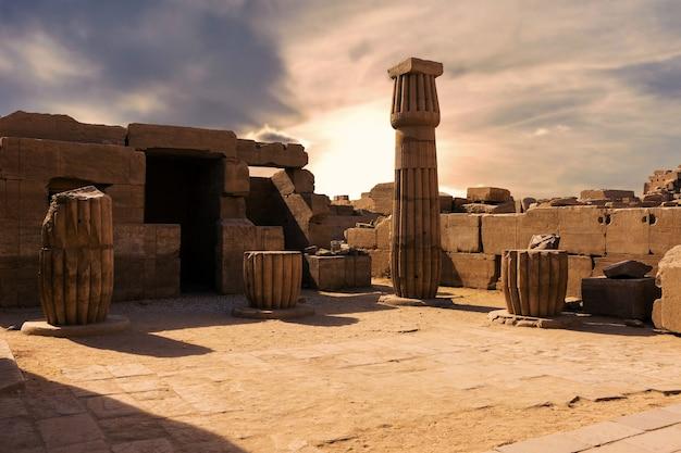 Ruínas antigas do templo de karnak em luxor tebas egito o maior complexo de templos da antiguidade