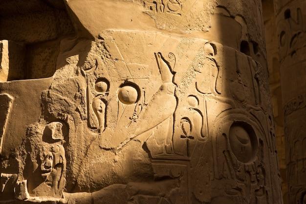 Ruínas antigas do templo de karnak em luxor Foto Premium