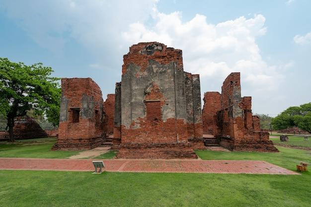 Ruínas antigas em campo de grama verde e céu azul, antigo templo wat phra si sanphet, destino turístico em ayutthaya, tailândia