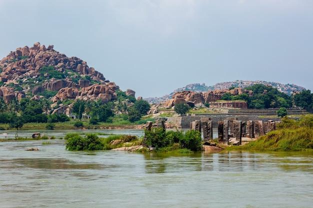 Ruínas antigas em hampi perto do rio tungabhadra hampi karnataka índia