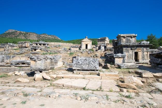 Ruínas antigas em hierapolis, pamukkale, turquia.