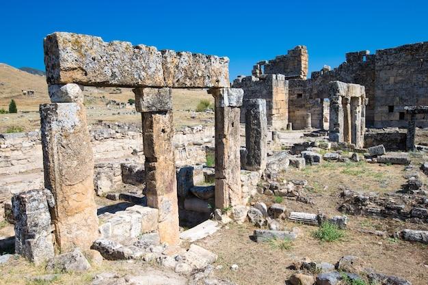 Ruínas antigas em hierápolis, pamukkale, turquia.