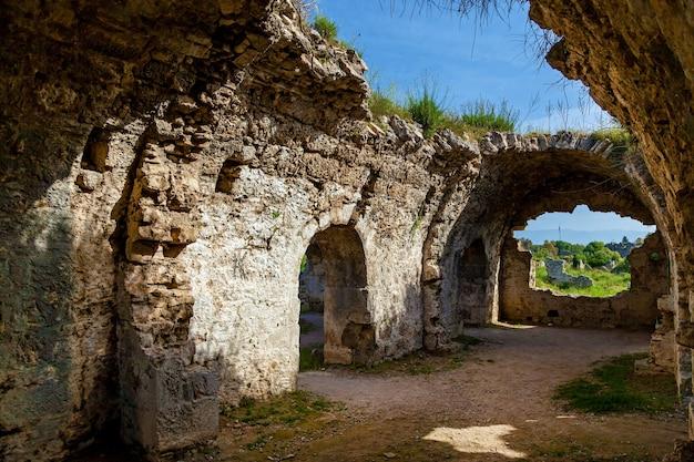 Ruínas antigas na turquia kemer antalya. velhas ruínas da cidade de side turkey