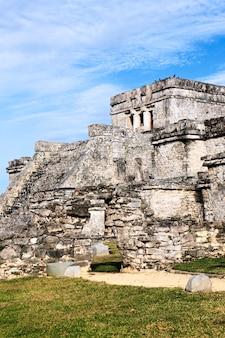 Ruínas arqueológicas de tulum, no méxico, com céu azul
