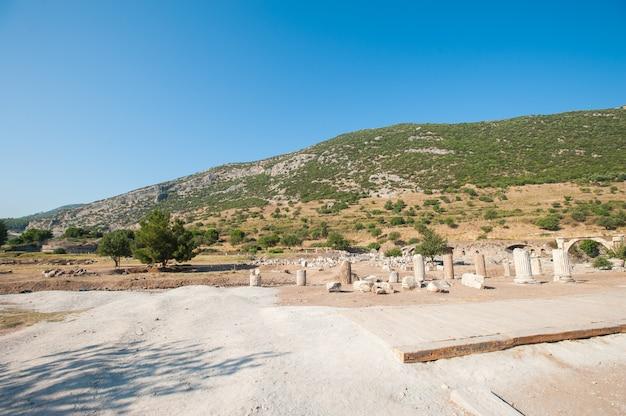 Ruínas da antiga cidade de éfeso, a antiga cidade grega da turquia, em um lindo dia de verão