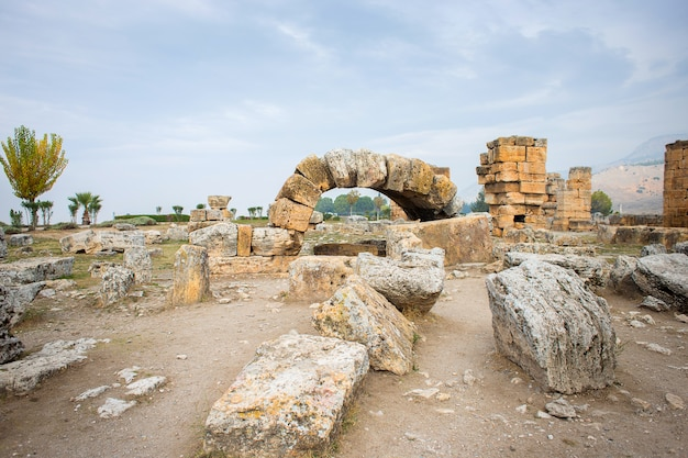 Ruínas da antiga cidade de hierapolis, na turquia, denizli