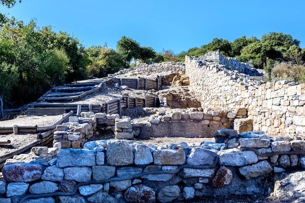 Ruínas da antiga cidade stageira em halkidiki, grécia