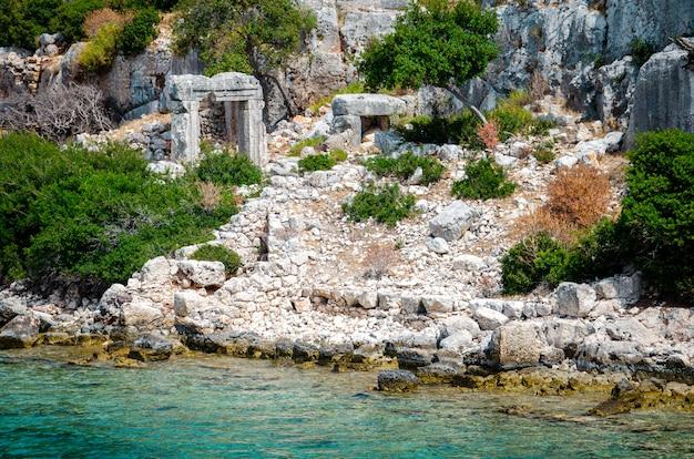 Ruínas da antiga cidade submersa da lícia de dolichiste, na ilha de kekova.