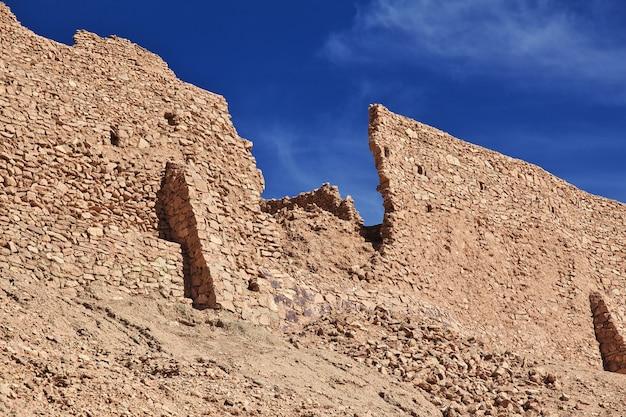Ruínas da antiga fortaleza no deserto do saara
