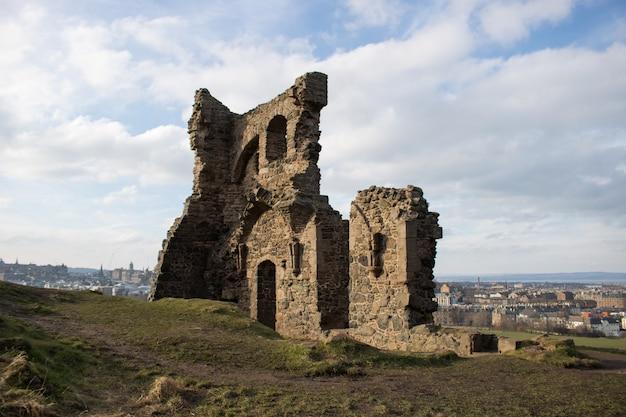 Ruínas da capela de santo antônio em arthur, edimburgo, escócia