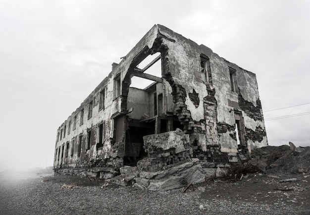 Ruínas da casa destruída. pontos quentes do planeta. Foto Premium