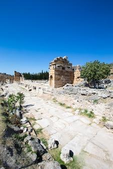 Ruínas da cidade antiga de hierápolis, portão romano norte, pamukkale, denizli turquia