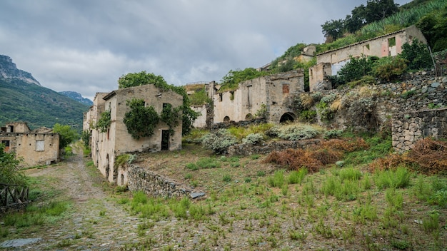 Ruínas da cidade fantasma abandonada de gairo vecchio, sardenha, itália