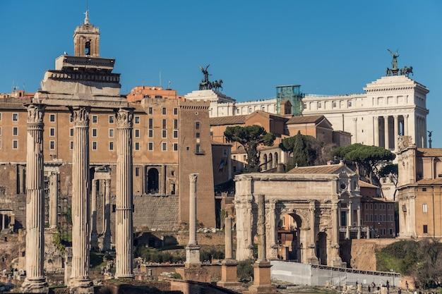 Ruínas da roma antiga em dia de sol