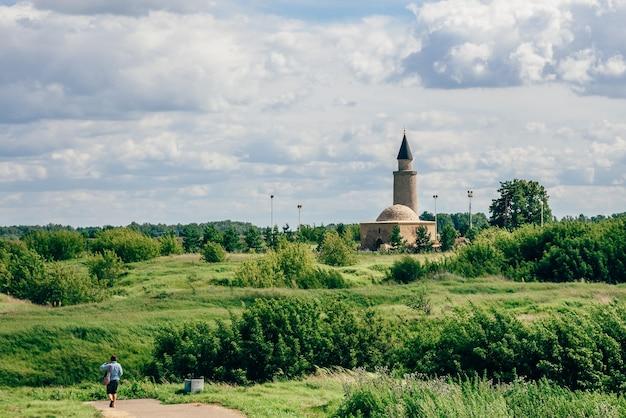 Ruínas da tumba do antigo khan minarete no forte da colina bolghar. turismo caminha para o ponto de referência.