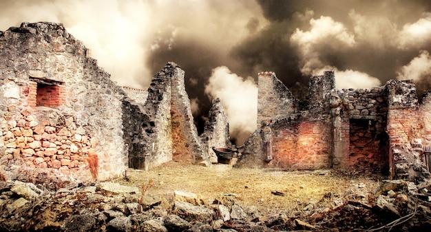 Ruínas de casas destruídas pelo bombardeio