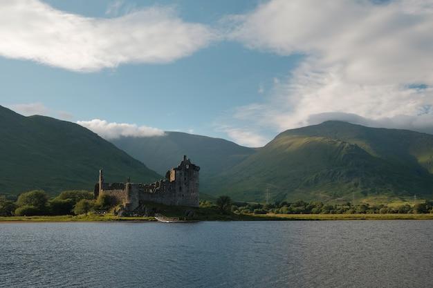 Ruínas de castelo em um castelo de kilchurn no lago deslumbrante no verão nas montanhas escocesas