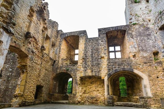 Ruínas de um antigo castelo, construção de pedra antiga, arquitetura europeia, cidade medieval