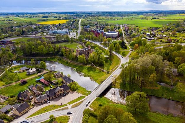 Ruínas de um antigo castelo medieval dobele letônia, vista aérea de cima