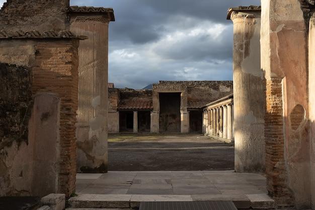 Ruínas de um palácio em pompéia colunas do palácio