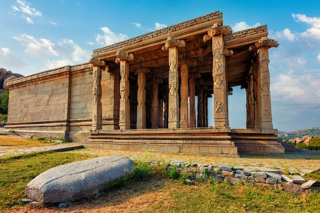 Ruínas de um templo antigo em hampi karnataka na índia