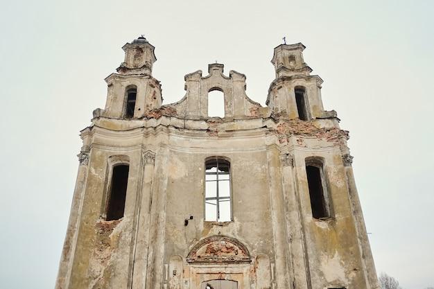 Ruínas de uma antiga igreja católica europeia em uma tarde de outono