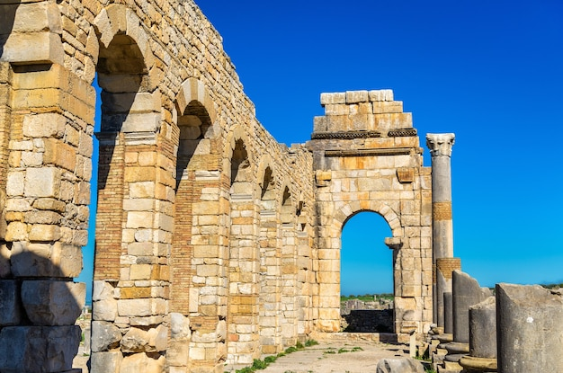 Ruínas de uma basílica romana em volubilis, um patrimônio mundial no marrocos