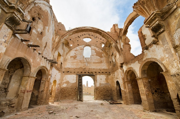 Ruínas de uma igreja velha destruída durante a guerra civil espanhola em belchite, saragossa, espanha.
