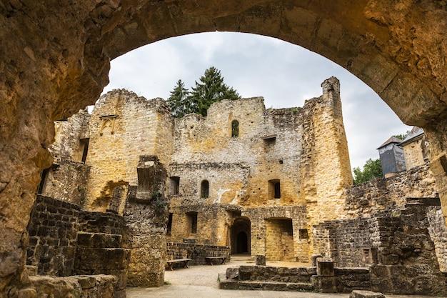 Ruínas do antigo castelo, antigo edifício de pedra, europa.