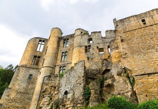 Ruínas do antigo castelo, antigo edifício de pedra, vista geral, europa. arquitetura tradicional europeia, lugares famosos para turismo e viagens