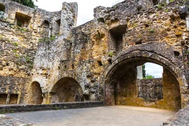 Ruínas do antigo castelo, fachada do antigo edifício de pedra. arquitetura europeia, cidade medieval, lugar famoso