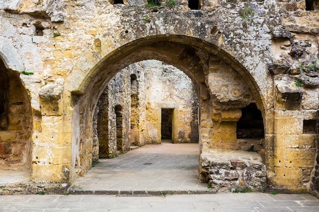 Ruínas do antigo castelo, fachada do antigo edifício de pedra. arquitetura europeia, cidade medieval, lugares famosos para turismo e viagens