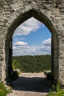 Ruínas do antigo castelo (século xii), kremenets, região de ternopil, ucrânia
