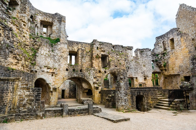 Ruínas do castelo antigo, edifício de pedra antigo, europa, panorama. arquitetura tradicional europeia, lugares famosos para turismo e viagens