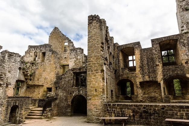 Ruínas do castelo antigo, edifício de pedra antigo, europa, panorama. arquitetura tradicional europeia