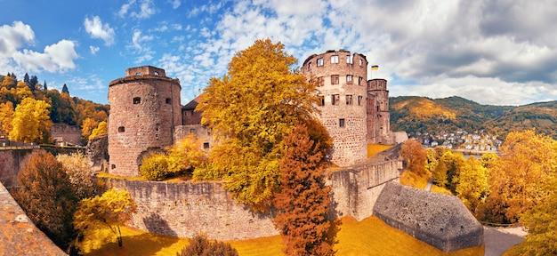 Ruínas do castelo de heidelberg no outono, panorâmicas