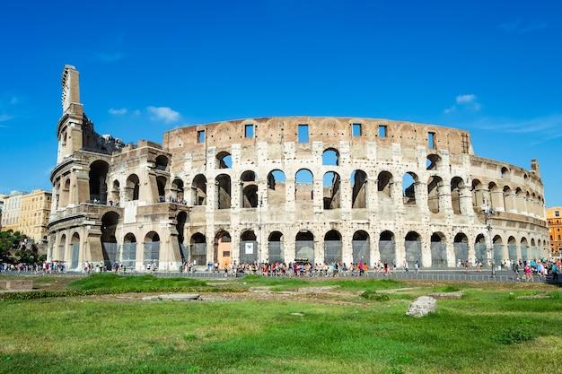 Ruínas do coliseu romano na cidade de roma, itália.