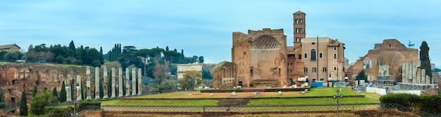 Ruínas do fórum romano em roma, itália. três fotos costuram um panorama de alta resolução.