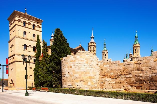 Ruínas do muro romano e da torre zuda. zaragoza
